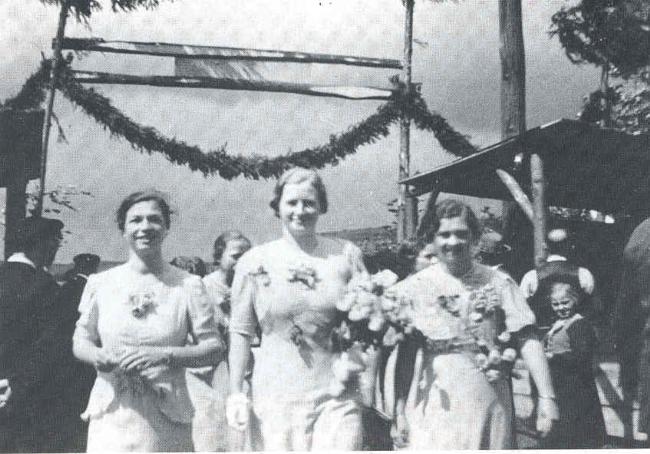 Hauptfestdamen in 1938, von links Maria Neeb geb. Bellof, Marie Zacharski geb. Henß und Anna Heimberger geb. Harbach
