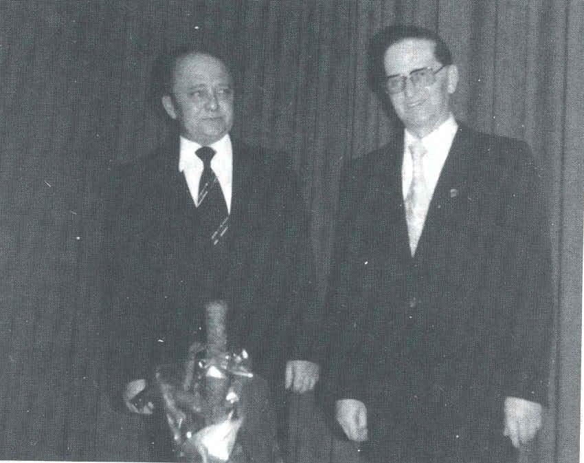 Rudolf Nicolai (rechts) wird zum Ehrenchorleiter ernannt