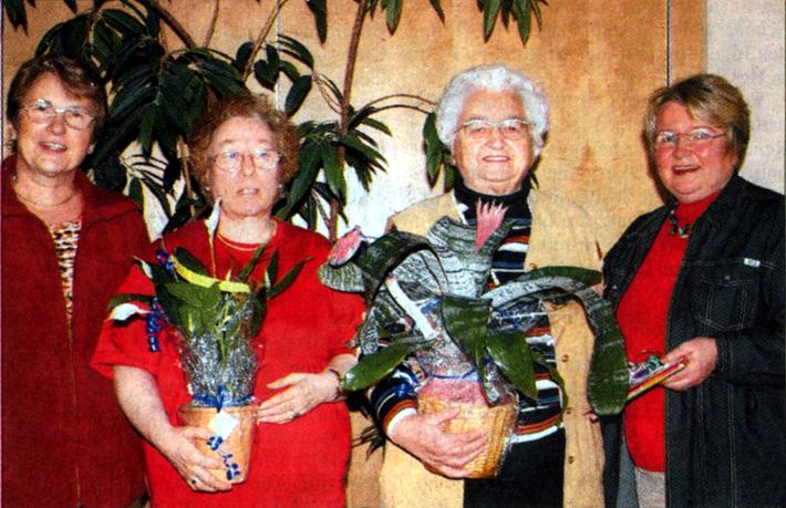Blumen und Geschenke gab es für die Geehrten im Frauenchor. Bild: Wagner