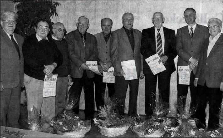 Die langjährigen Mitglieder Alfred Zecher, Albert Koch, Hans Krombach, Helmut Pfeiffer, Heinrich Kimmel, Reinhold Lotz und Frank Steinmüller wurden vom zweiten Vorsitzenden Karl Franz (rechts) und dem Vertreter des Sängerkreises Gießen, Werner Weiss (link)