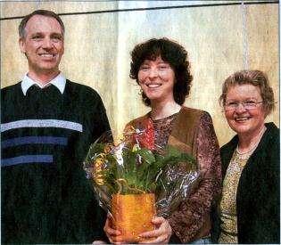Der Vorsitzende des Männerchores, Frank Steinmüller, und die stellvertretende Vorsitzende des Frauenchores, Monika Volk (rechts), begrüßten die neue Chorleiterin Renate Schygulla. Bild: Wagner