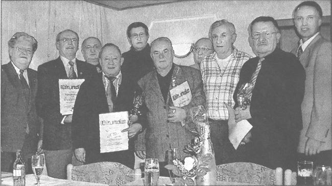 Werner Weiß (links) und Frank Steinmüller (rechts) zeichneten Ewald Sames, Heinrich Wagner, Otto Dort, Hans Balser, Erwin Deichert, Karl Reisser und Wolfgang Eisenacher aus. Bild: Wagner