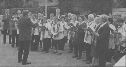 """Als gemischter Chor traten die Männer und Frauen der Sängervereinigung Eintracht-Germania unter Karl Becker beim """"Kranzlsingen"""" auf. Bild: Wagner"""