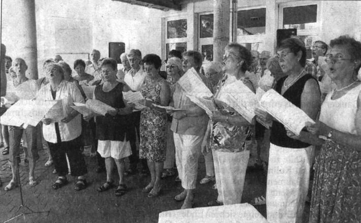 """Der gemischte Chor der"""" Eintracht-Germania"""" sang das Hessenlied.Bild: Wagner"""