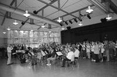 """Zum ersten und letzten Mal probten alle Beteiligten des musikalischen großen Ereignisses """"Der Hohe Tag"""" gemeinsam im Busecker Kulturzentrum. Bild: Wagner"""