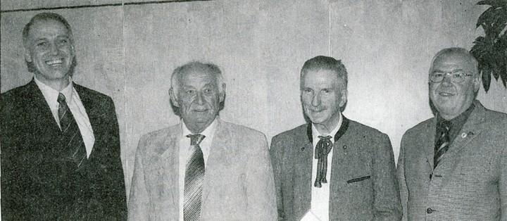 Der Kreisvorsitzende Claus Schmidt (re.) und der Vereinsvorsitzende Frank Steinmüller (li.) zeichneten Robert Müller (2. v. li.) und Wilfried Schneider aus Bild: N. Wagner