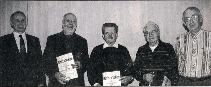 Vorsitzender Frank Steinmüller (I.) und Kassierer Karl Döring (r.) ehrten Burkhardt Böttcher, Werner Drehwald und Karl Franz (v.l.).Bild: Rügen