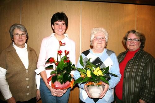 Vorsitzende Margo Jany-Milicevic (links) und die stellvertretende Vorsitzende Monika Volk (rechts) ehrten Sabine Fink und Erna Luh (2. von rechts). (Foto: siw)