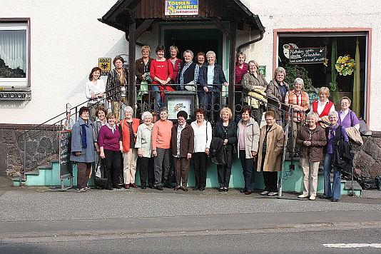 Die Sängerinnen mit Chorleiterin Renate Schygulla vor dem Landhotel Gärtner