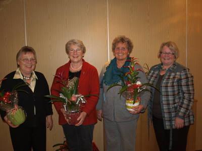 Die stellvertretende Vorsitzende Monika Volk (r.) zeichnete Grete Döring, Margot Jany-Milicevic und Karin Döring (v. l.) für langjährige Vereinstreue aus. Bild: Rüger
