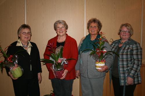 Die stellvertretende Vorsitzende Monika Volk (rechts) zeichnete Grete Döring, Margot Jany-Milicevic und Karin Döring (von links) für langjährige Vereinstreue aus. Es fehlt Ingrid Deibel, die für 40-jährige Fördermitgliedschaft zu ehren war. (Foto: siw)