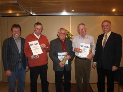Für 25 Jahre aktive Mitgliedschaft wurden Detlef Bartelt, Hans Schinzel und Karl Döring (v.l.) vom Vorsitzenden Frank Steinmüller (r.) und seinem Stellvertreter Lothar Pfeiffer (l.) ausgezeichnet. Bild: Rüger
