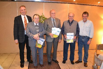 Vorsitzender Frank Steinmüller, Alfred Zecher, Heinrich Kimmel, Helmut Pfeiffer und stellvertretender Vorsitzender Lothar Pfeiffer bei der Ehrung. Foto: Schwarz