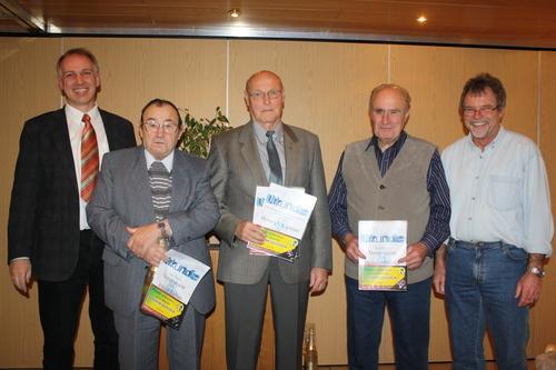 Vorsitzender Frank Steinmüller (links) und der stellvertretende Vorsitzende Lothar Pfeiffer (rechts) mit den Geehrten (von links) Alfred Zecher, Heinrich Kimmel und Helmut Pfeiffer. (Foto: law)