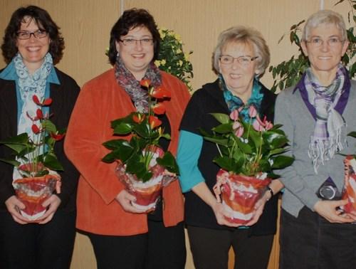Die Vorsitzende Margot Jany-Milicevic und die stellvertretende Vorsitzende Monika Volk ehrten Ute Edler-Jost, Silvia Damm, Elke Rieß und Gertrud Stein (von links). (Foto: siw)