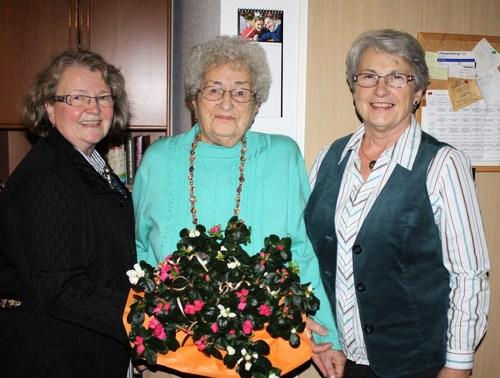 Die Vorsitzende Margot Jany-Milicevic und die stellvertretende Vorsitzende Monika Volk ehrten Gertrud Schmidt für 30 Jahre Vereinstreue. (Foto: siw)