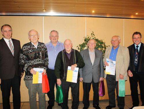 Vorsitzender Frank Steinmüller mit den Geehrten (von links) Willi Krämer, Rüdiger Müller, Helmut Engelbrecht, Werner Stephan, dem neu ernannten Ehrenmitglied Robert Müller sowie dem stellvertretenden Vorsitzenden Lothar Pfeiffer. (Foto: siw)
