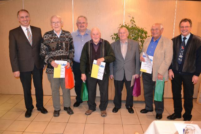 Vorsitzender Frank Steinmüller (l.) und sein Stellvertreter Lothar Pfeiffer (r.) ehrten die langjährigen Sänger Willi Krämer, Rüdiger Müller, Helmut Engelbrecht, Werner Stephan und Robert Müller. Foto: Schwarz