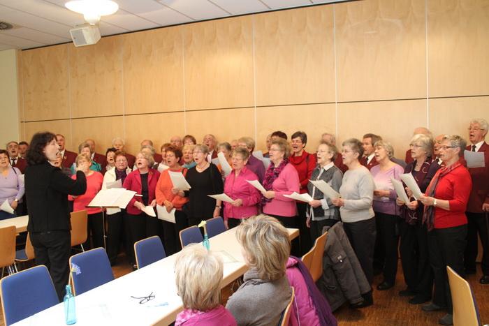 Der Gemischte Chor der Sängervereinigung Eintracht-Germania Großen-Buseck unter Leitung von Renate Schygulla Foto: Roger Schmidt
