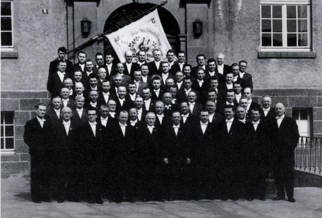 Im Jubiläumsjahr 1963 – es war der 100. Geburtstag des Vereins – präsentierte sich der Männerchor schick mit Anzug und Fahne. (Repros: pm)
