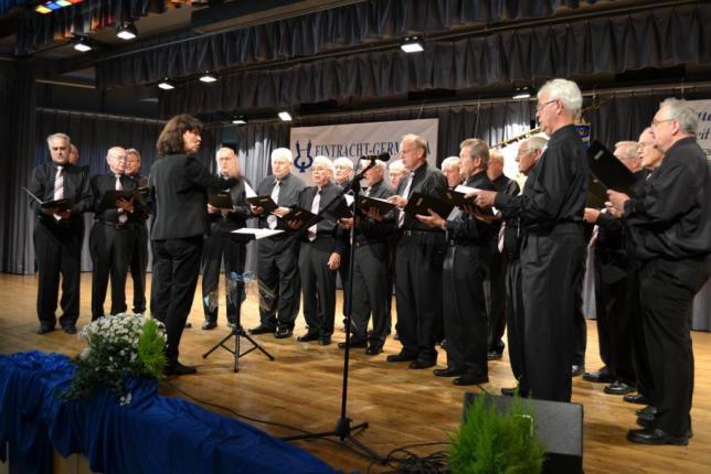 Der Männerchor eröffnete unter Leitung von Renate Schygulla den Festabend. Fotos: Schwarz