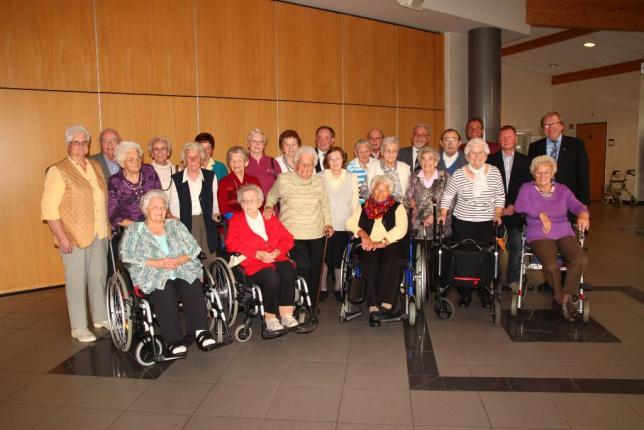 Bürgermeister Erhard Reinl (hintere Reihe, r.) ehrte gemeinsam mit Ortsvorsteher und Sängervereinigungs-Vizevorsitzendem Lothar Pfeiffer (hintere Reihe, 3.v.r.) die ältesten Besucher des Seniorennachmittages.