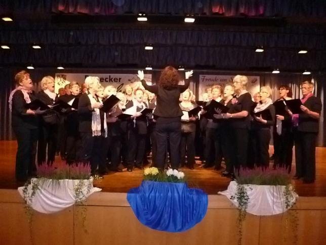 """Geburtstagskind auf der Bühne: Der Frauenchor der """"Eintracht-Germania"""" feiert in diesem Jahr 50-jähriges Bestehen."""