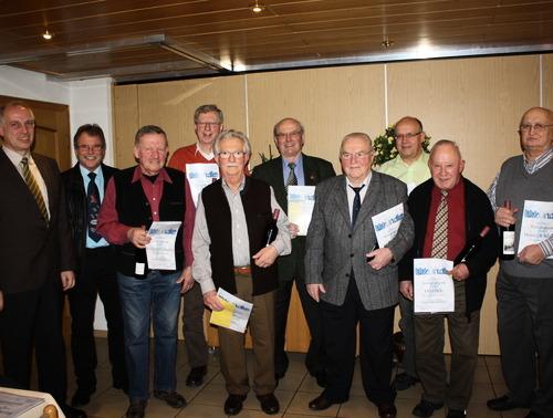 Vorsitzender Frank Steinmüller und der stellvertretende Vorsitzende Lothar Pfeiffer (von links) mit den geehrten Mitgliedern. (Foto: siw)
