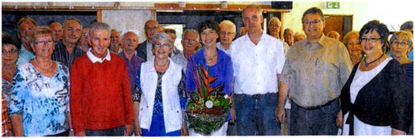 Renate Schygulla (Mitte) erhielt Blumen von den Vorsitzenden Margot Jany-Milicevic und Frank Steinmüller. Ständchen zu Hochzeitsjubiläen gab es für Herta und Wilfried Schneider sowie Silvia und Rainer Damm.Foto: Kurz