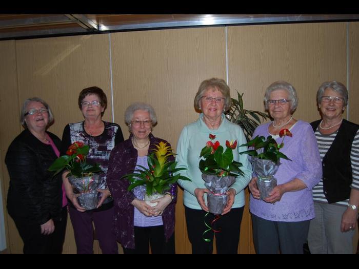 Margot Jany-Milicevic (r.) und Monika Volk (l.) ehrten Ulrike Kuhl, Rosemarie Herrlein, Rosemarie Schmidt und Marianne Zecher. Foto: S. Wagner