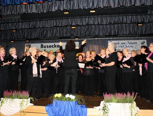 Ausrichter des 35. Busecker Liederabends waren die Jubiläumschöre, Männer- und Frauenchor der Eintracht-Germania Großen-Buseck, die den musikalischen Reigen unter Leitung von Renate Schygulla mit Weinliedern eröffneten. (Fotos: siw)