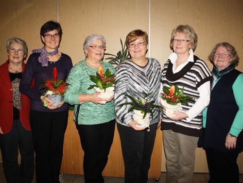 Die Vorsitzende Margot Jany-Milicevic (links) und die stellvertretende Vorsitzende Monika Volk (rechts) ehrten Sabine Fink, Rosemarie Scholz, Brigitte Volk und Rita Harbach (von links). (Foto: siw)