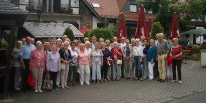 Mitglieder der Sängervereinigung sowie einige Sängerinnen und Sänger vom Projektchor vor der Hessenmühle
